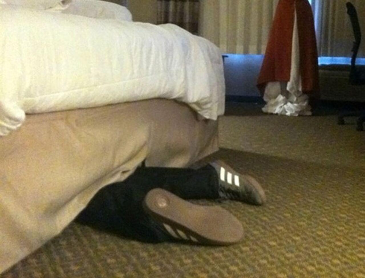 Сын спрятился под кровать мамы 2 фотография