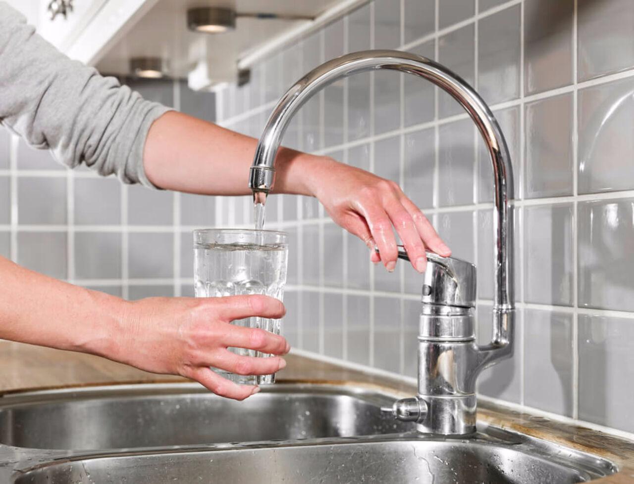 Употребление водопроводной воды уменьшает риск возникновения кариеса. Об этом сообщили медики Университета Северной Каролины в США