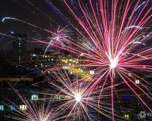 Яркое ночное небо: кемеровчане запускают новогодние салюты