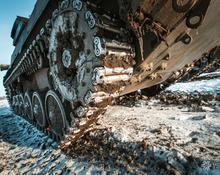 Учения на Юргинском полигоне: танки снега не боятся