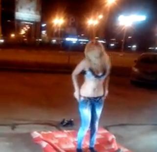 Устроиоа стриптиз на улице