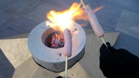 Следователи ищут человека, жарившего сосиски вКемерове на извечном огне