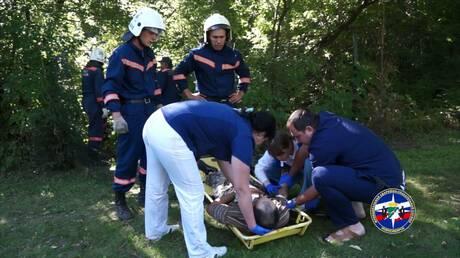 ВНовосибирске cотрудники экстренных служб эвакуировали мужчину, упавшего сдерева вовраг