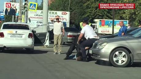 ВЧелябинске мужчина затеял драку накрыше автобуса