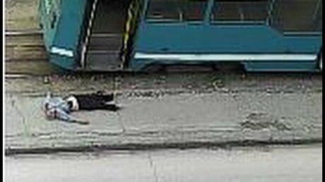 Шофёр трамвая освободился отпассажира без сознания