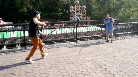 Гражданин Нью-Йорка нападает натуристов и разрезает ихселфи-палки ножницами