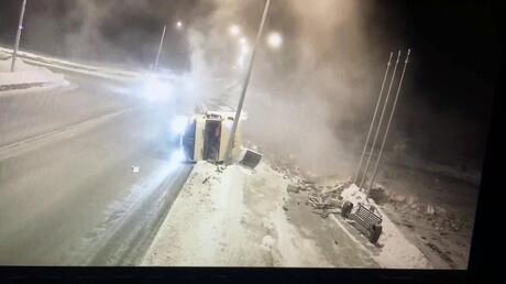 Навъезде вНовокузнецк перевернулся грузовой автомобиль