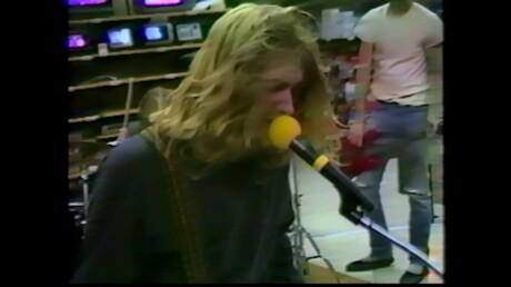 Размещено  редкое видео выступления Nirvana вмагазине электроники в давно минувшем 1988