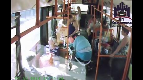 ВКрасноярске всалоне маршрутки травмировался ребенок вколяске