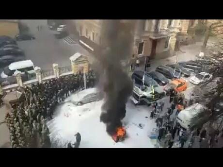 Столкновения наБанковой: протестующие зажгли шины ивыдвинули требования