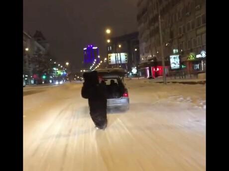 Медведь насноуборде прокатился поцентру Новосибирска