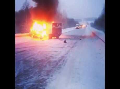 Вчера натрассе Кемерово-Мариинск зажегся автомобиль сфейерверками