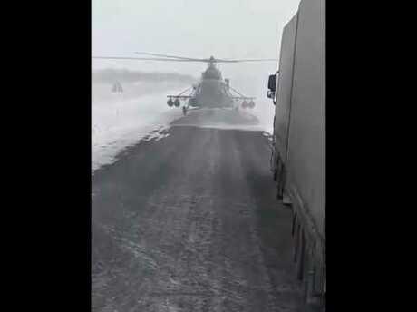 «Мужики заблудились»: военный вертолет преградил дорогу дальнобойщикам