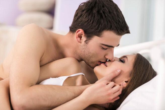 Милфа на чешском порно кастинге делает парню сочный минет и принимает сперму в рабочий ротик