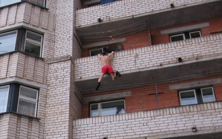 кто то на балконе повис: