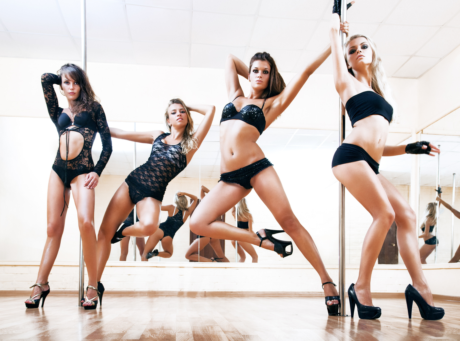 Сексуальная девушка танцует go go 14 фотография