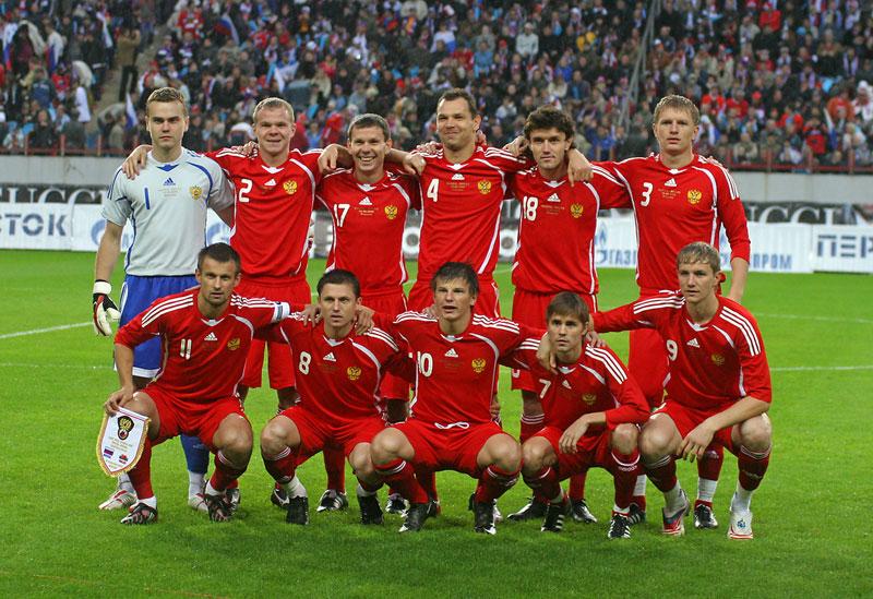Одна из самых популярных в мире. . Футбол-это игра двух команд, цель которых - забить мяч в ворота