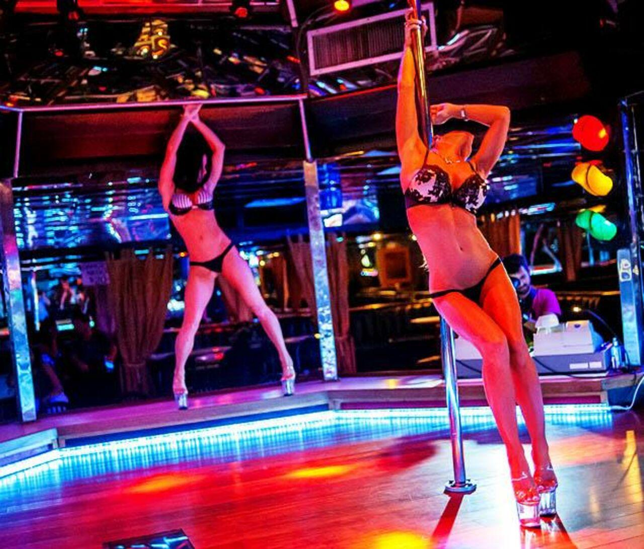 striptizersha-v-klube-foto