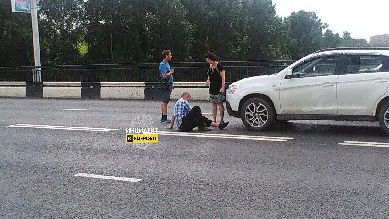 Опубликованы фото с места наезда иномарки на пешехода в Кемерово