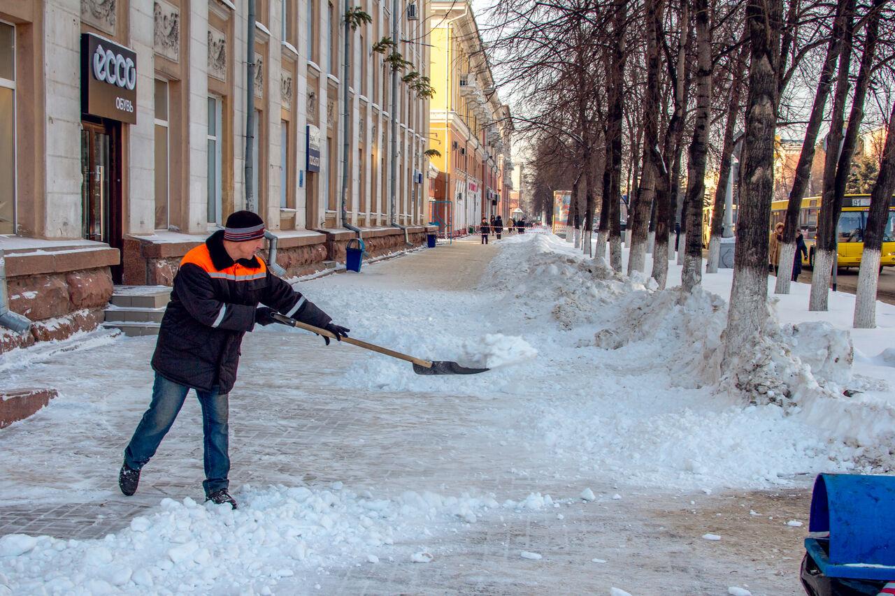 Картинка дворника чистящего снег