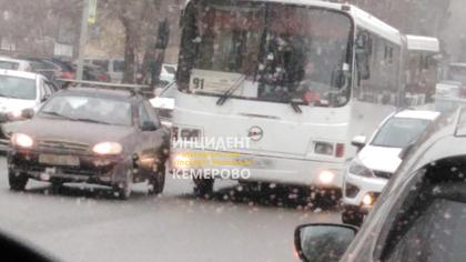 ДТП с автобусом парализовало движение машин и трамваев на кемеровском перекрестке