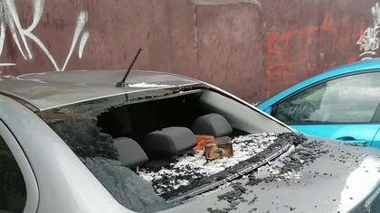 Упавший кирпич разбил окно иномарки в Кузбассе
