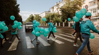 Партия «Новые люди» провела бирюзовый флэшмоб в центре Кемерова