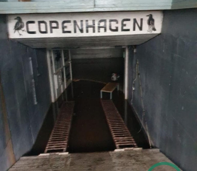 Фото: потайной вход в бункер, он представляет собой бетонную стену, которая открывается с помощью тяжелого гидравлического механизма
