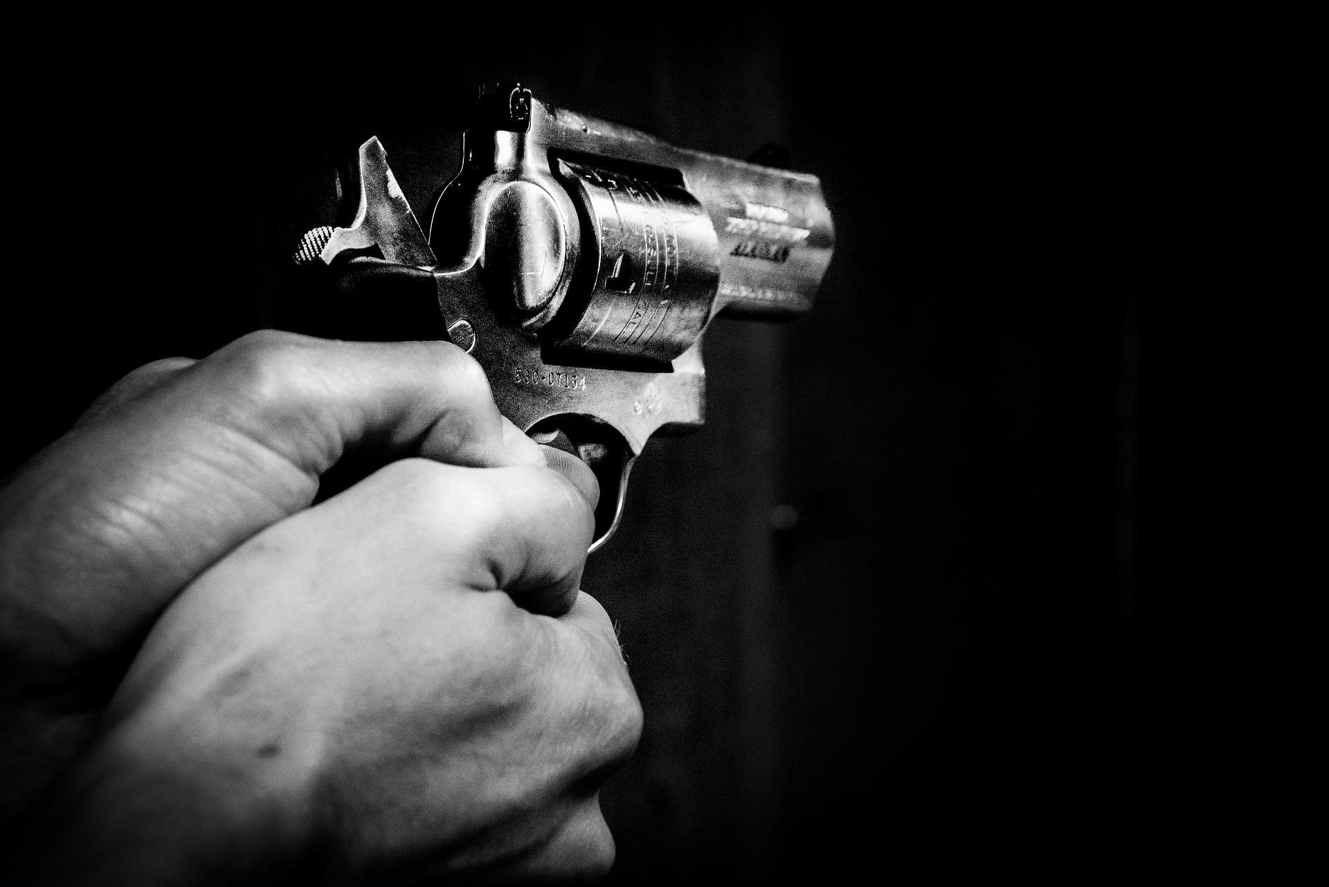 картинки револьвер в руках всех